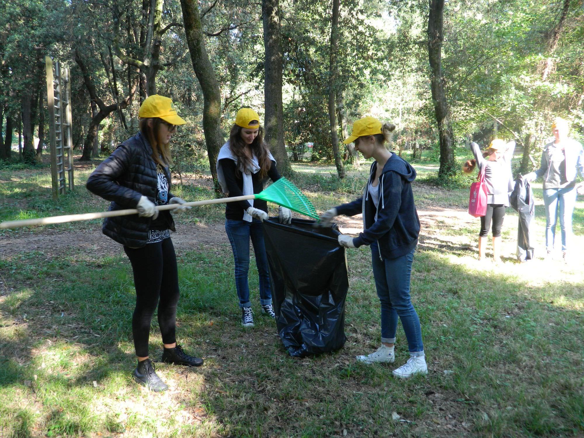 Volontari e studenti ripuliscono la pineta di Ponente