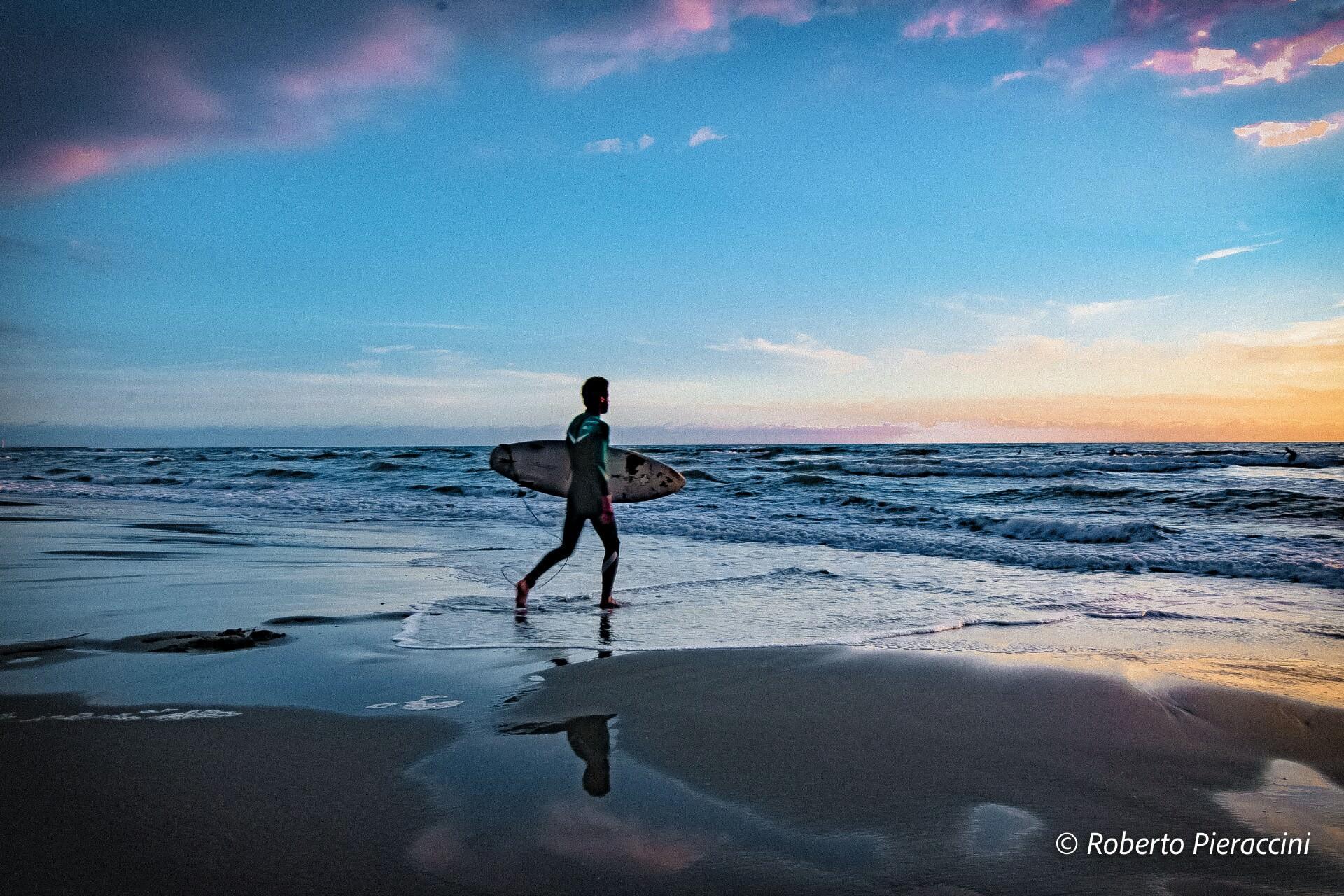 Turisti rischiano di affogare. Salvati da due surfisti