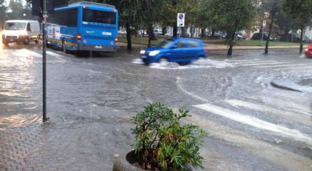 Temporali e strade allagate, disagi in Versilia