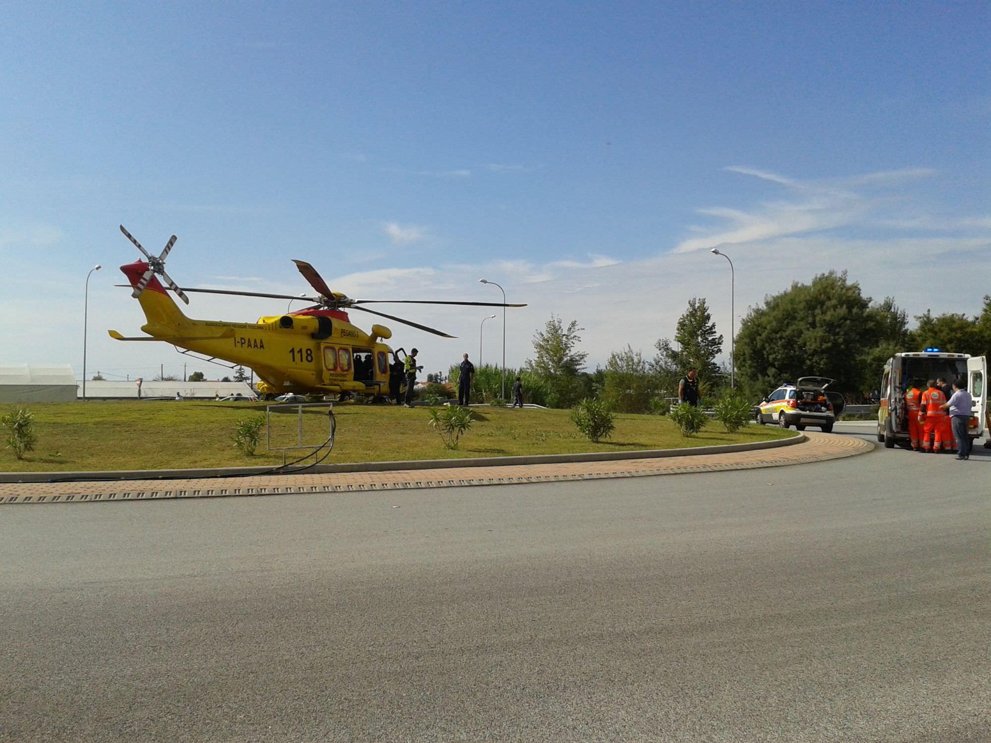 Scontro sulla variante: motociclista trasportato a Cisanello in elicottero