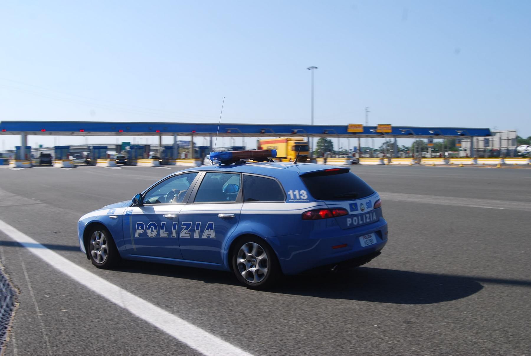 Malore in autostrada per una mamma: la Polstrada si prende cura dei suoi due bimbi