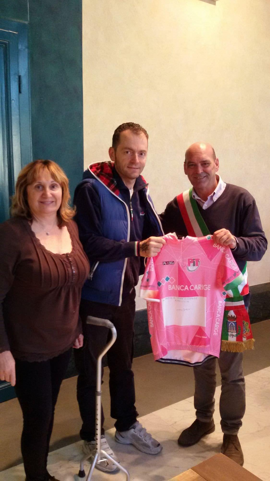 Una maglia rosa per Pietrasanta. Il campione Fabio Nari in municipio