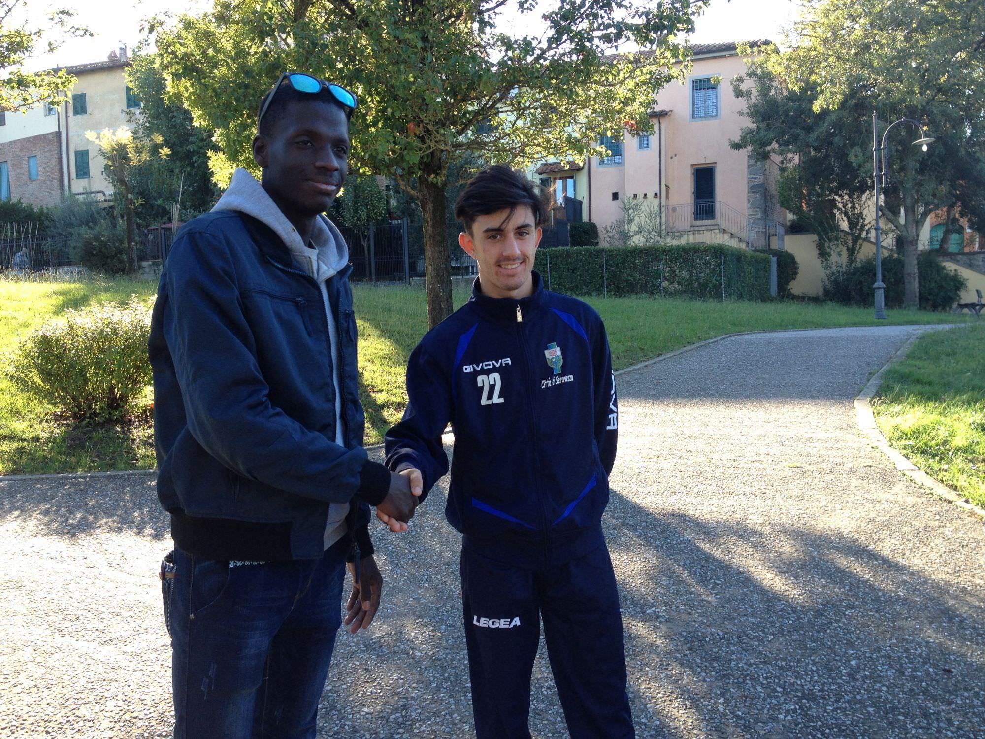 Tra Seravezza e Lammari una stretta di mano contro il razzismo