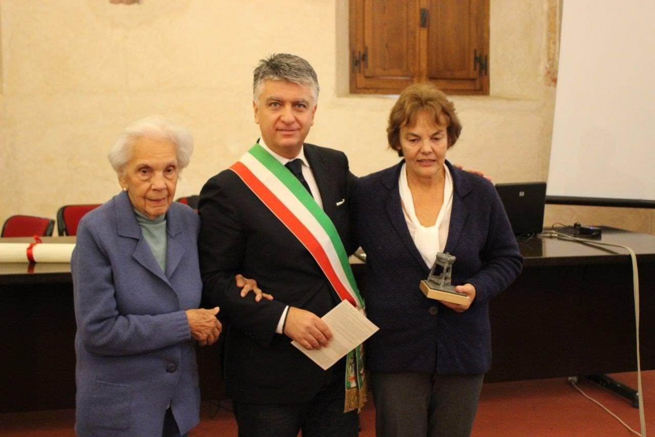 """""""Porto sempre la Versilia nel cuore"""". Una commossa Maria Gamundi ha ricevuto il Premio """"Pietrasanta e la Versilia nel mondo"""""""
