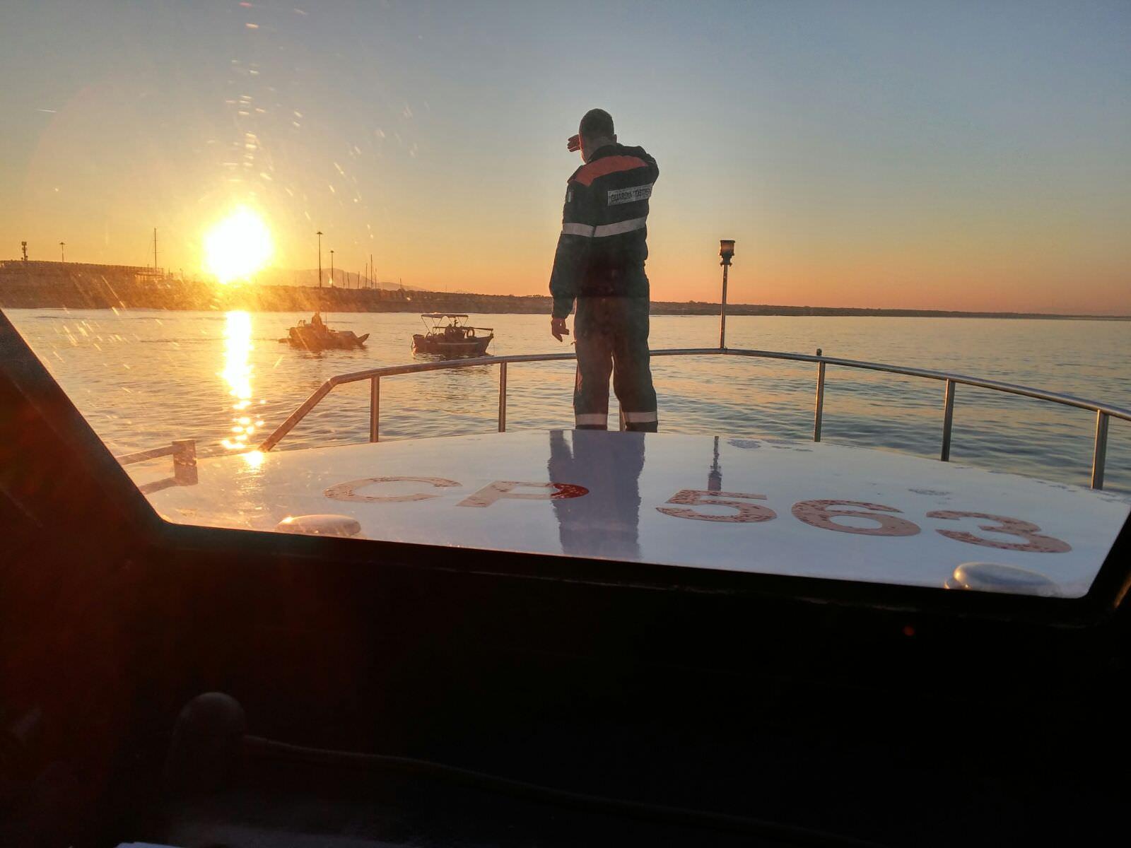 Tragedia a Tirrenia, pescatore cade dal peschereccio e muore