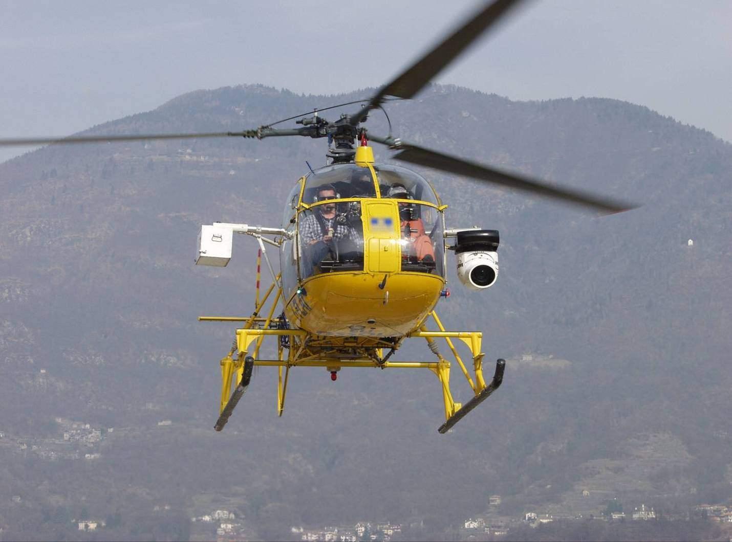 Enel controlla le linee elettriche in Versilia da terra e in elicottero