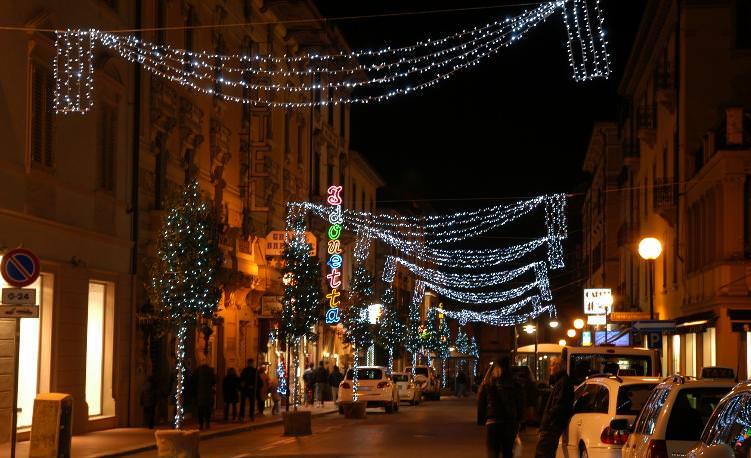 Viareggio si illumina per Natale grazie a uno sponsor privato