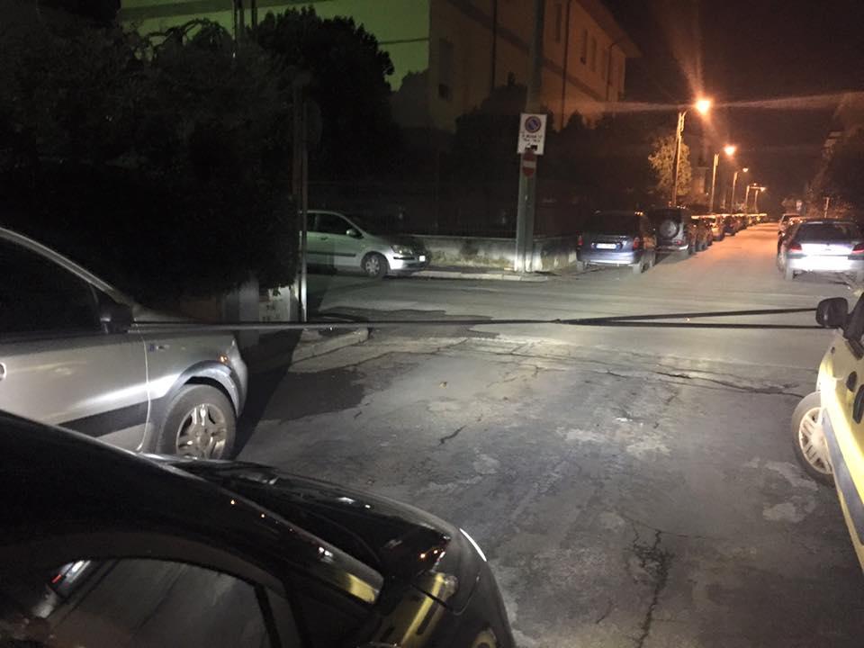 La follia si ripete: corda tesa in strada a Viareggio