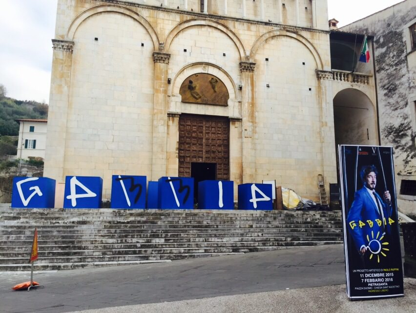 """""""Gabbia-no"""", work in progress e già tantissima curiosità in piazza Duomo"""
