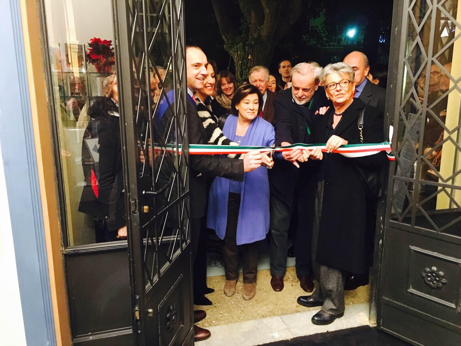 Successo per l'inaugurazione della mostra di Ivan Theimer a Villa Argentina