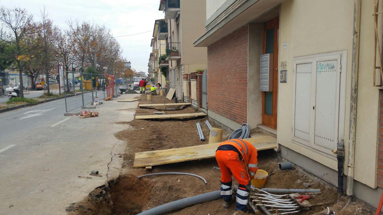 Cantiere aperto per rifare i marciapiedi al Marco Polo
