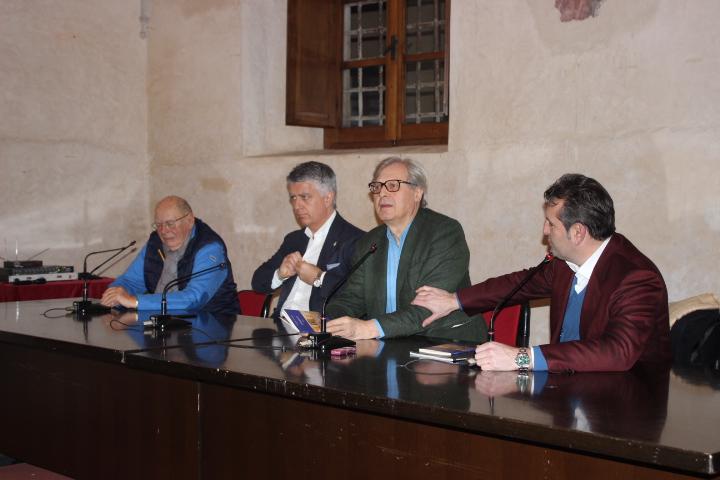 Sgarbi fa il pieno ed annuncia candidatura a Sindaco di Milano