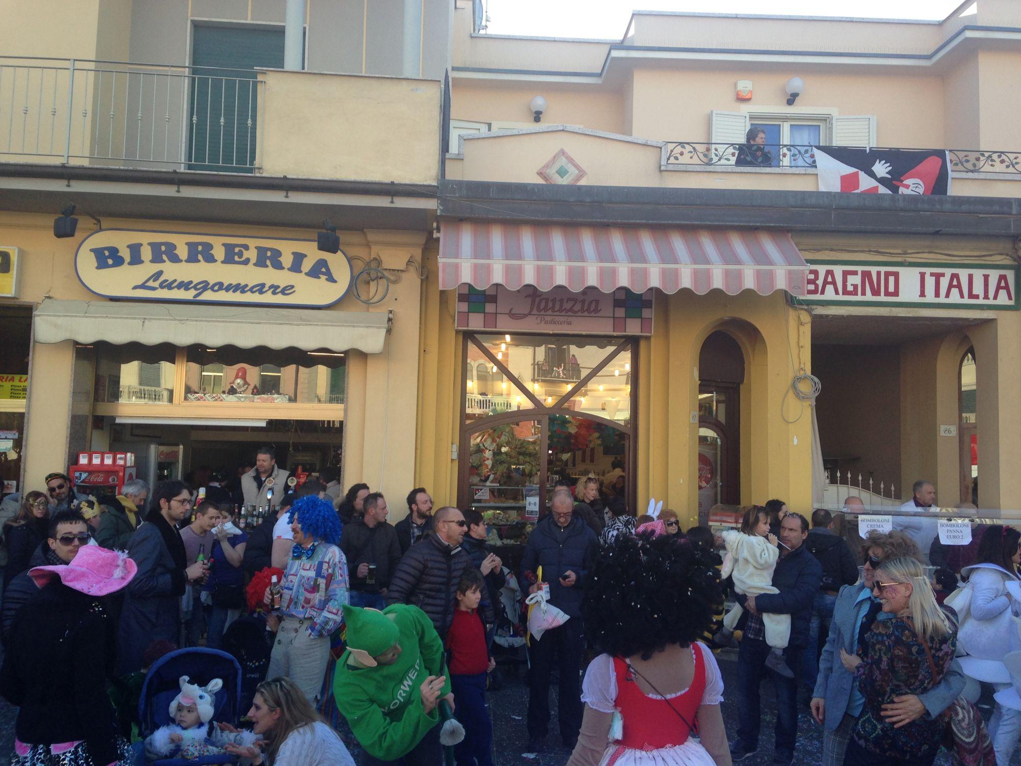Carnevale, tessere d'accesso per i negozi dentro il circuito dei corsi
