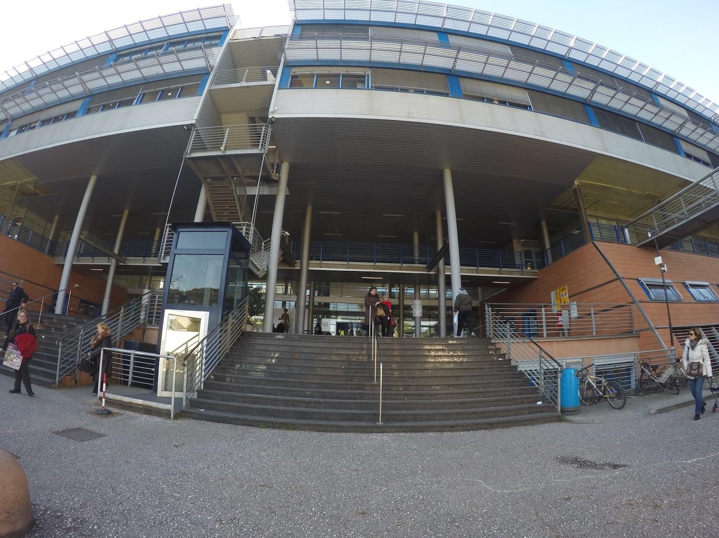 """Centro Ausili trasferito, al sit in al """"Versilia"""" anche il Pd di Camaiore"""