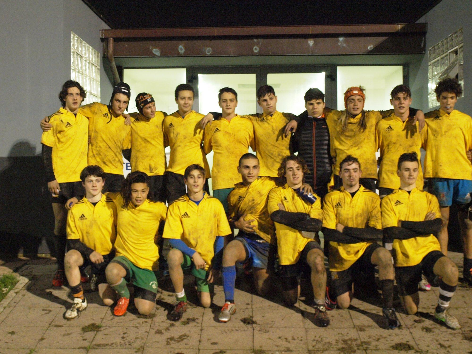 Tre ragazzi del Rugby Union Versilia col centro di formazione di Livorno