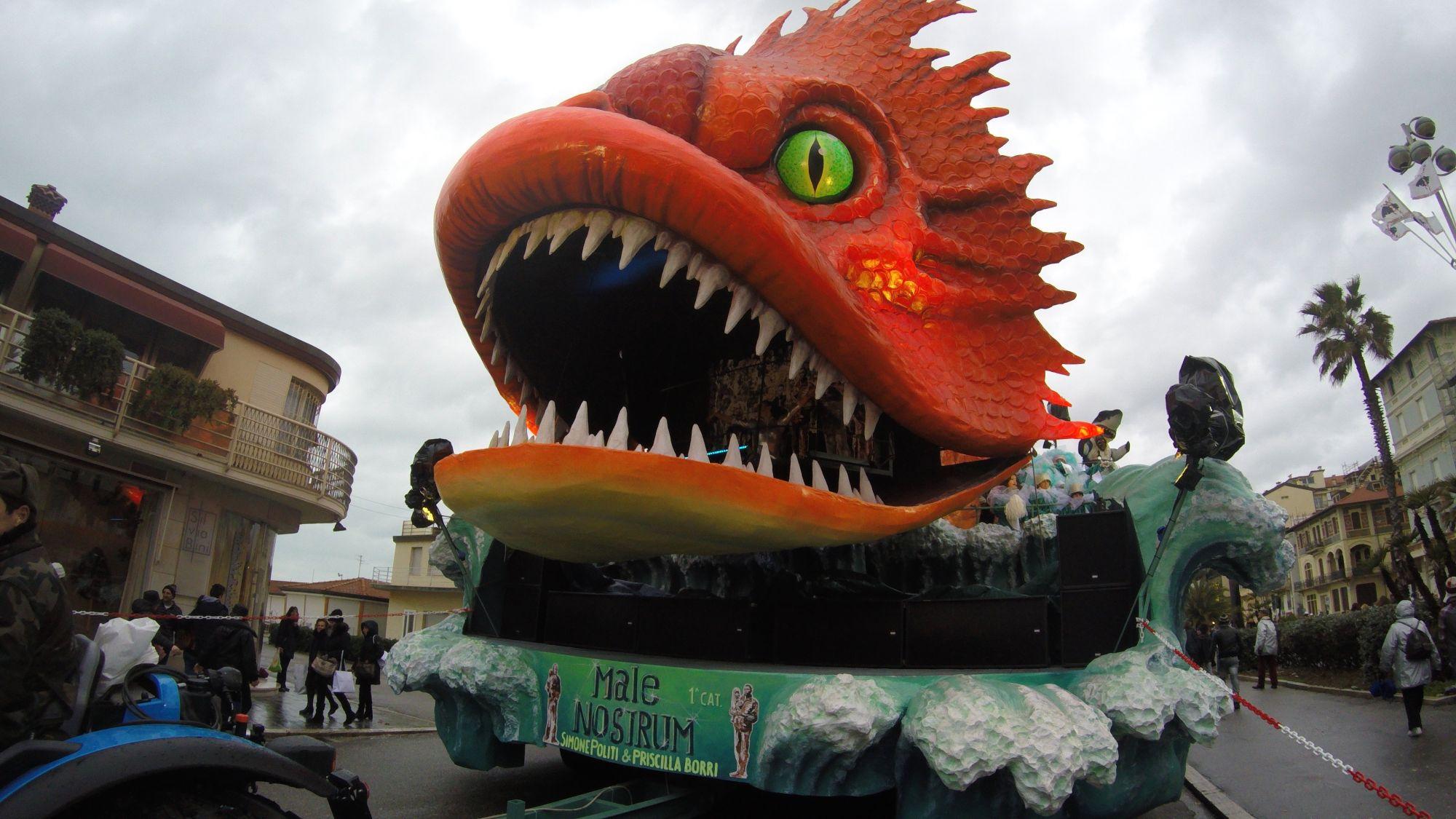 Carnevale,in 40mila per il Martedì Grasso a Viareggio