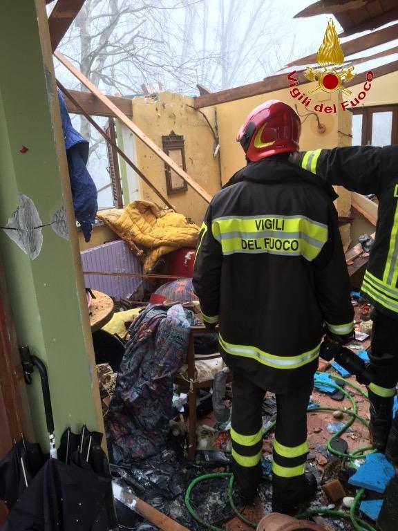 Esplosione in una villetta a Barga. Due feriti
