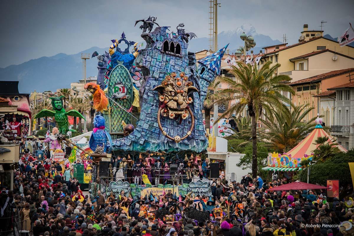 Le foto più belle del quarto corso del Carnevale di Viareggio