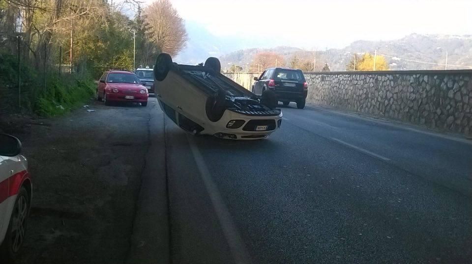Rocambolesco incidente sulla Provinciale. Auto si ribalta