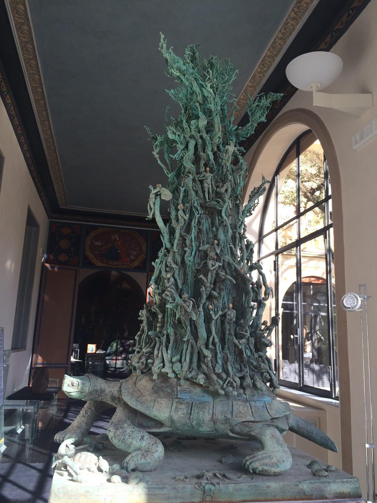 Visita tattile per non vedenti alla mostra di Ivan Theimer a Villa Argentina