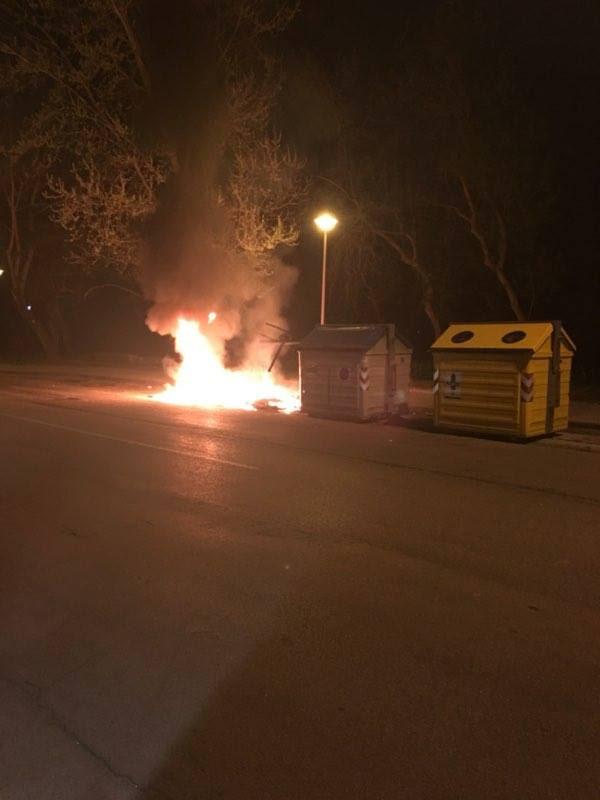 Altri due cassonetti a fuoco al Varignano