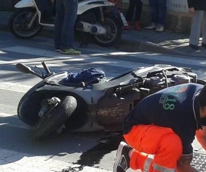 """Anziano """"buca"""" lo stop e investe uno scooter. Due feriti"""