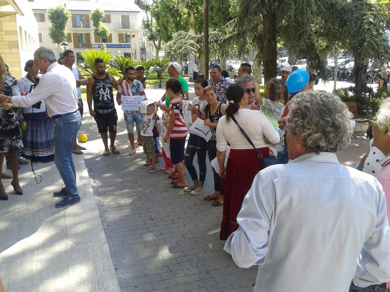 Chiusura campo rom. Sit-in di protesta davanti al Comune