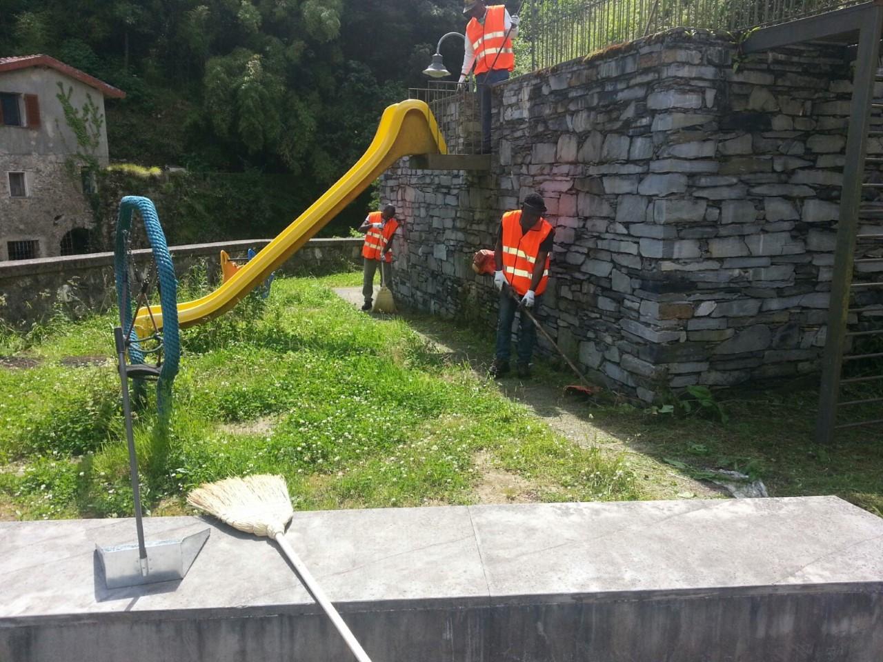 I rifugiati accolti a Stazzema ripuliscono strade, piazze e giardini
