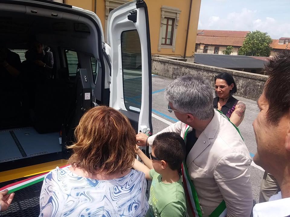 Un mezzo super-attrezzato per il trasporto di disabili ed anziani