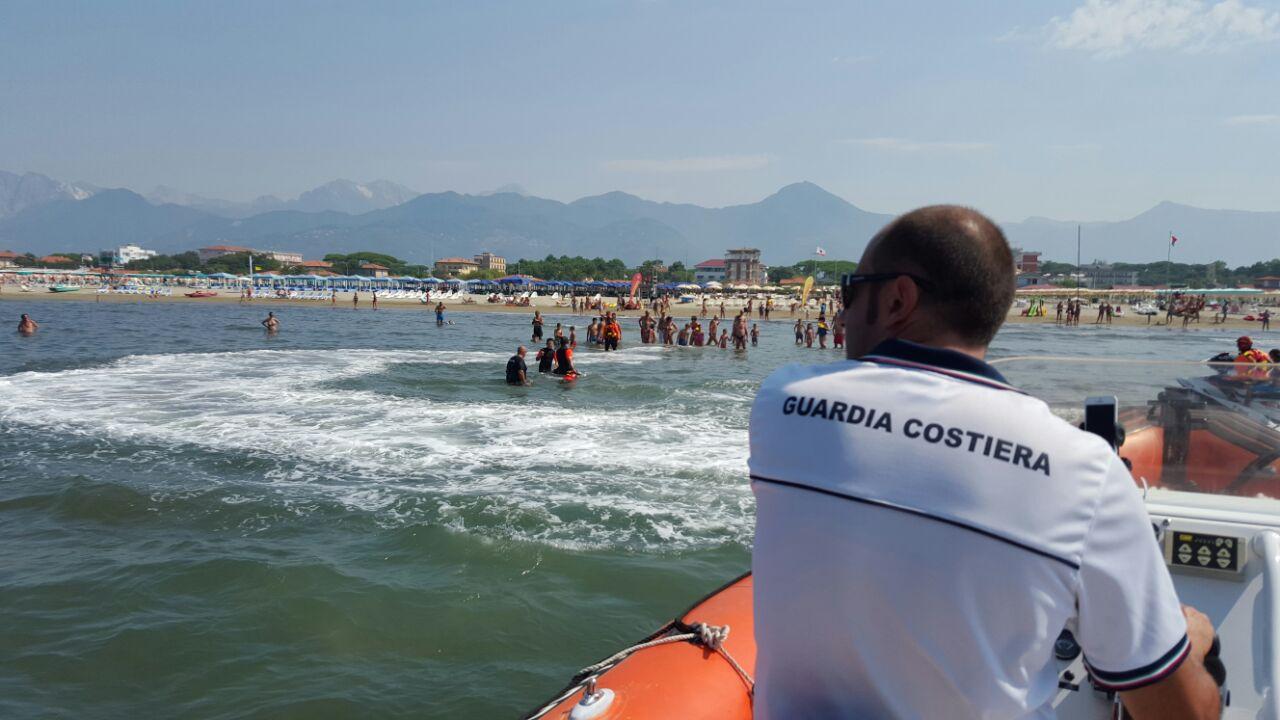 """Attimi di apprensione, stamani, per 5 ragazzi rimasti in balia delle onde, di fronte al bagno """"Duilio"""" di Viareggio"""