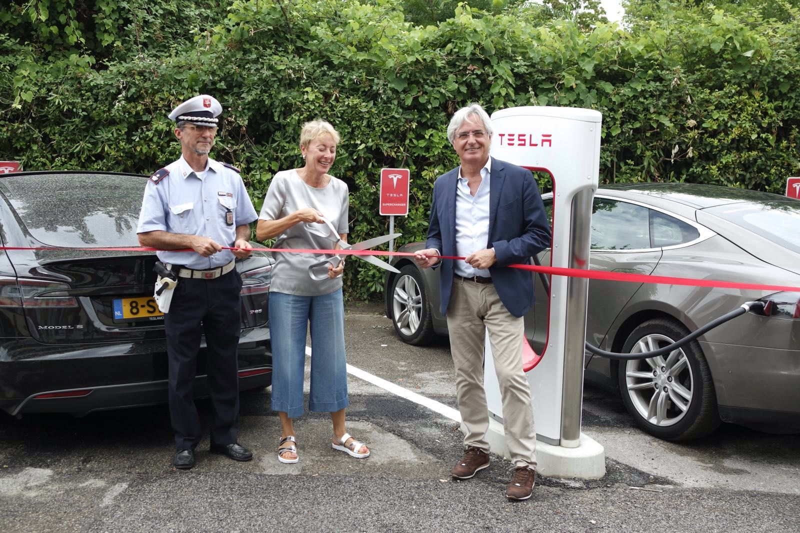 Inaugurata la prima stazione Supercharger Tesla della Versilia