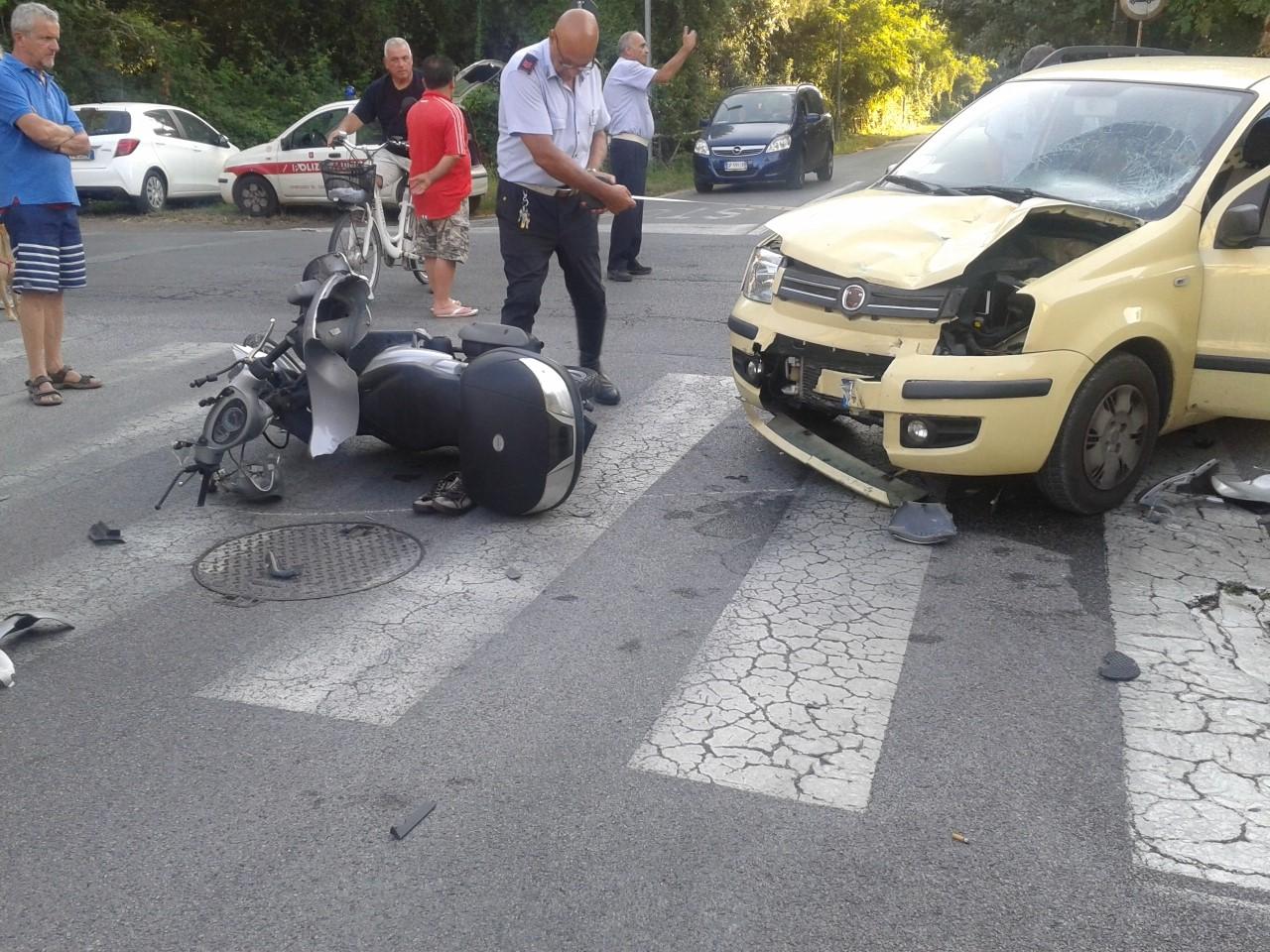 Scontro tra auto e scooter, grave un giovane