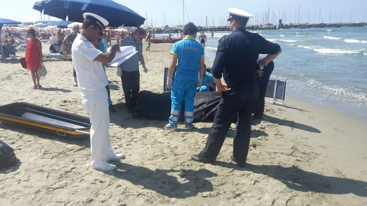 Si sente male in mare e muore cronaca cronaca viareggio - Bagno flora viareggio ...