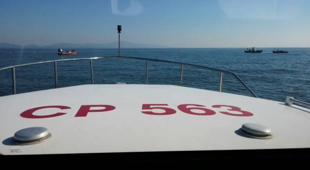 Con la barca a vela tra i bagnanti, multato diportista