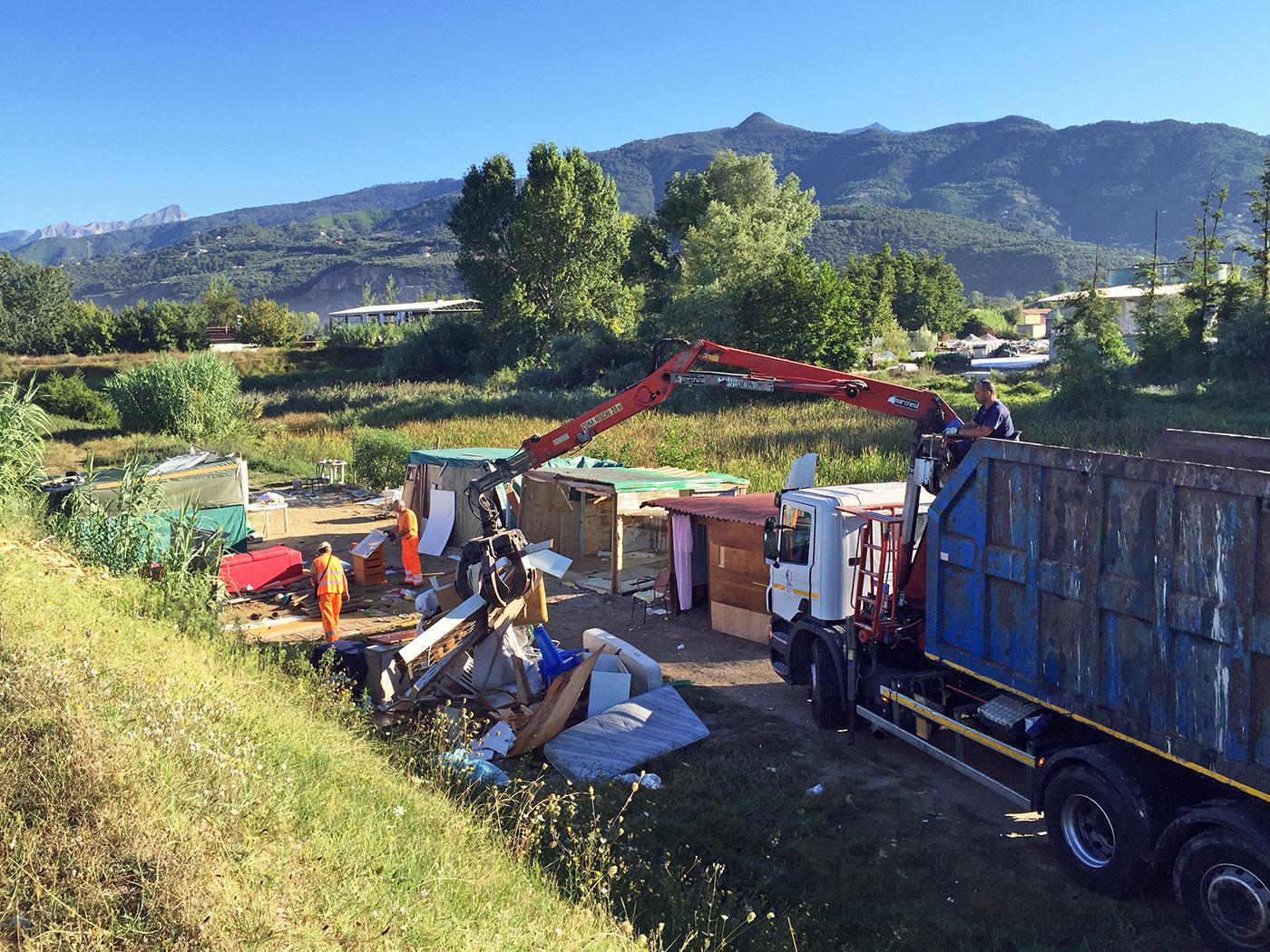 Smantellati due insediamenti rom lungo in fiume Versilia