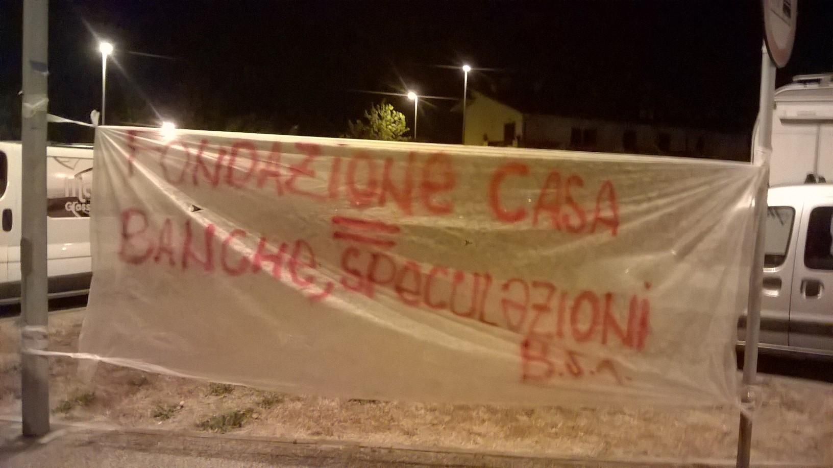 """""""Giù le mani dalle case popolari"""". Striscioni contro Erp e Fondazione Casa"""