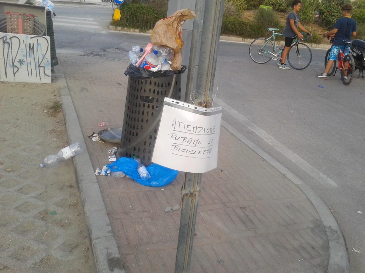 """""""Attenzione rubano le biciclette"""". Un cartello avvisa i turisti"""
