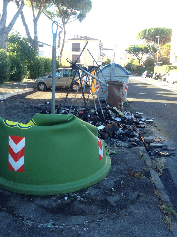 A fuoco i bidoni della spazzatura. Proteste al Marco Polo