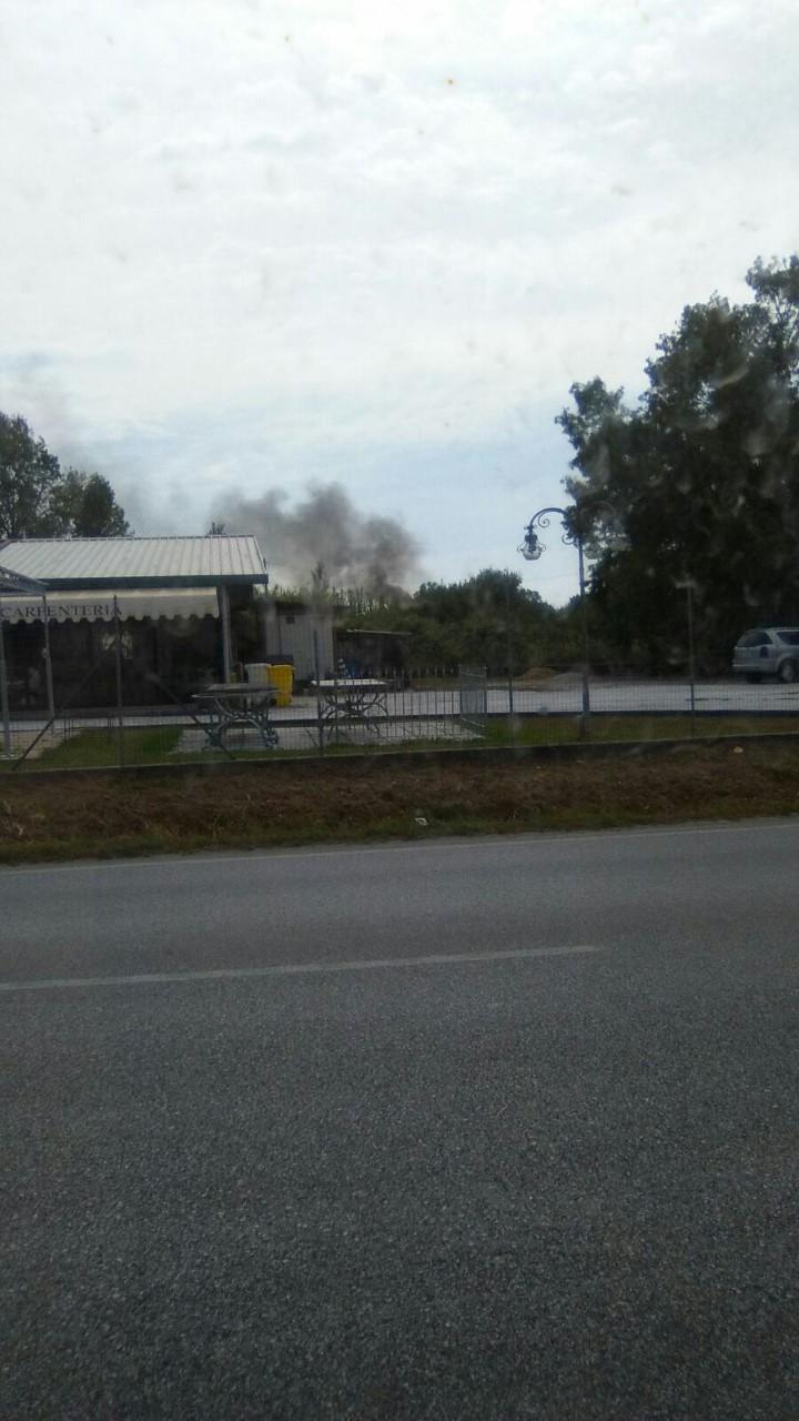 Dà fuoco ai rifiuti in un campo, i passanti chiamano i vigili del fuoco