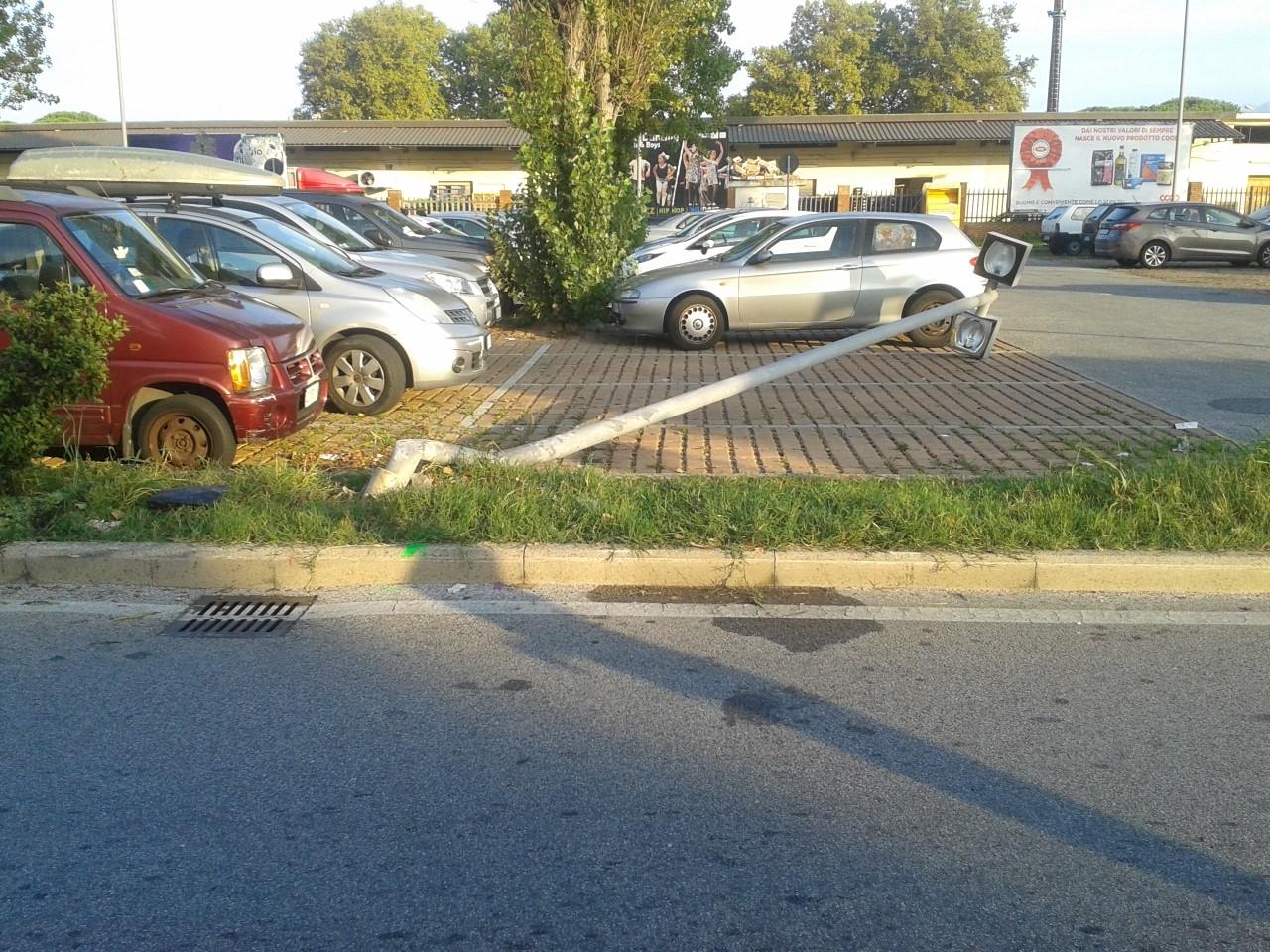 Abbattono un palo della luce con l'auto (che prende fuoco): illese quattro ragazze