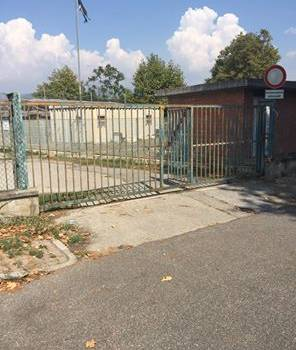Il cancello dell'asilo resta chiuso e le mamme si infuriano