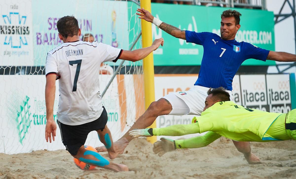 """L'""""airone"""" Ramacciotti fa volare l'Italia verso i Mondiali di beach soccer"""