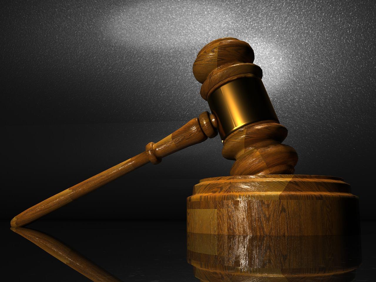 Trovato in auto con una bimba, prete condannato a 4 anni e 4 mesi per pedofilia