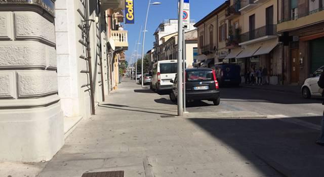 Si fingonono clienti e derubano la titolare di un negozio in via Garibaldi a Viareggio