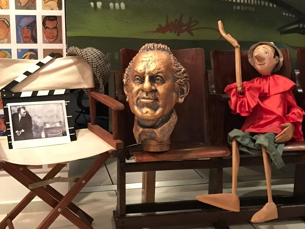 Fabrizio Galli dona la caricatura di Fellini alla nipote del regista