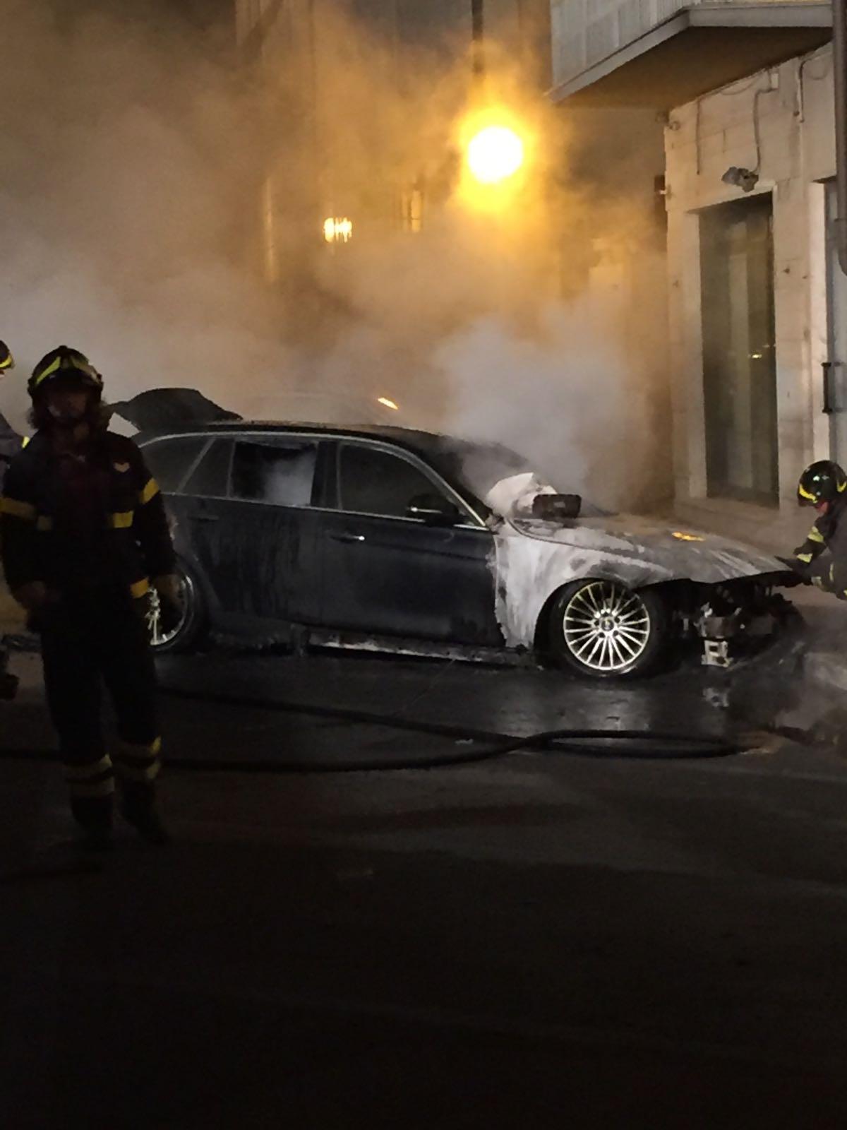 Auto in fiamme in una traversa del viale a mare