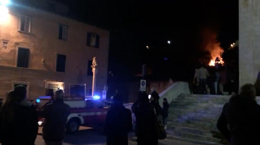 Paura a Pietrasanta. Incendio a pochi passi da Piazza Duomo [video]
