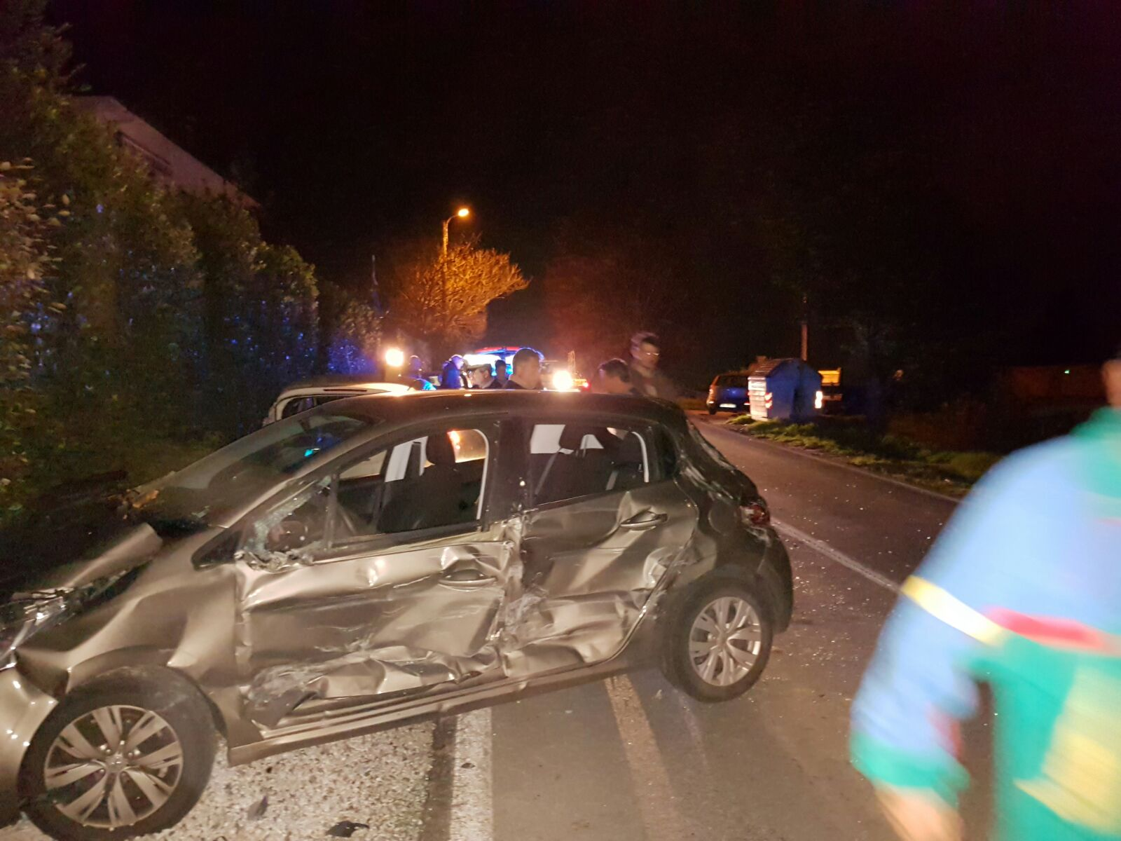 Camion sbanda e si scontra con cinque auto. Maxi incidente sulla Sarzanese