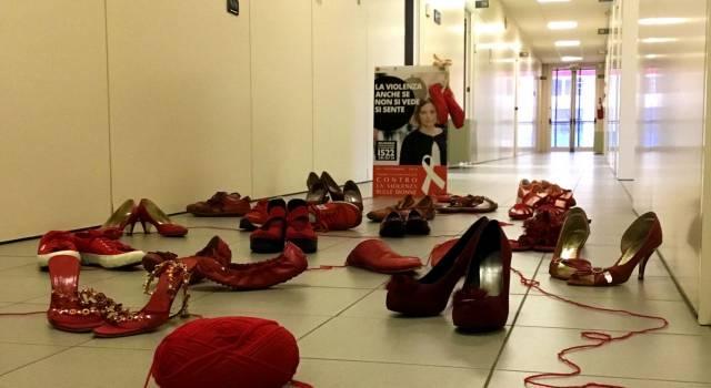 Violenza donne. Scarpe rosse al Centro Direzionale della Usl Toscana Nord Ovest