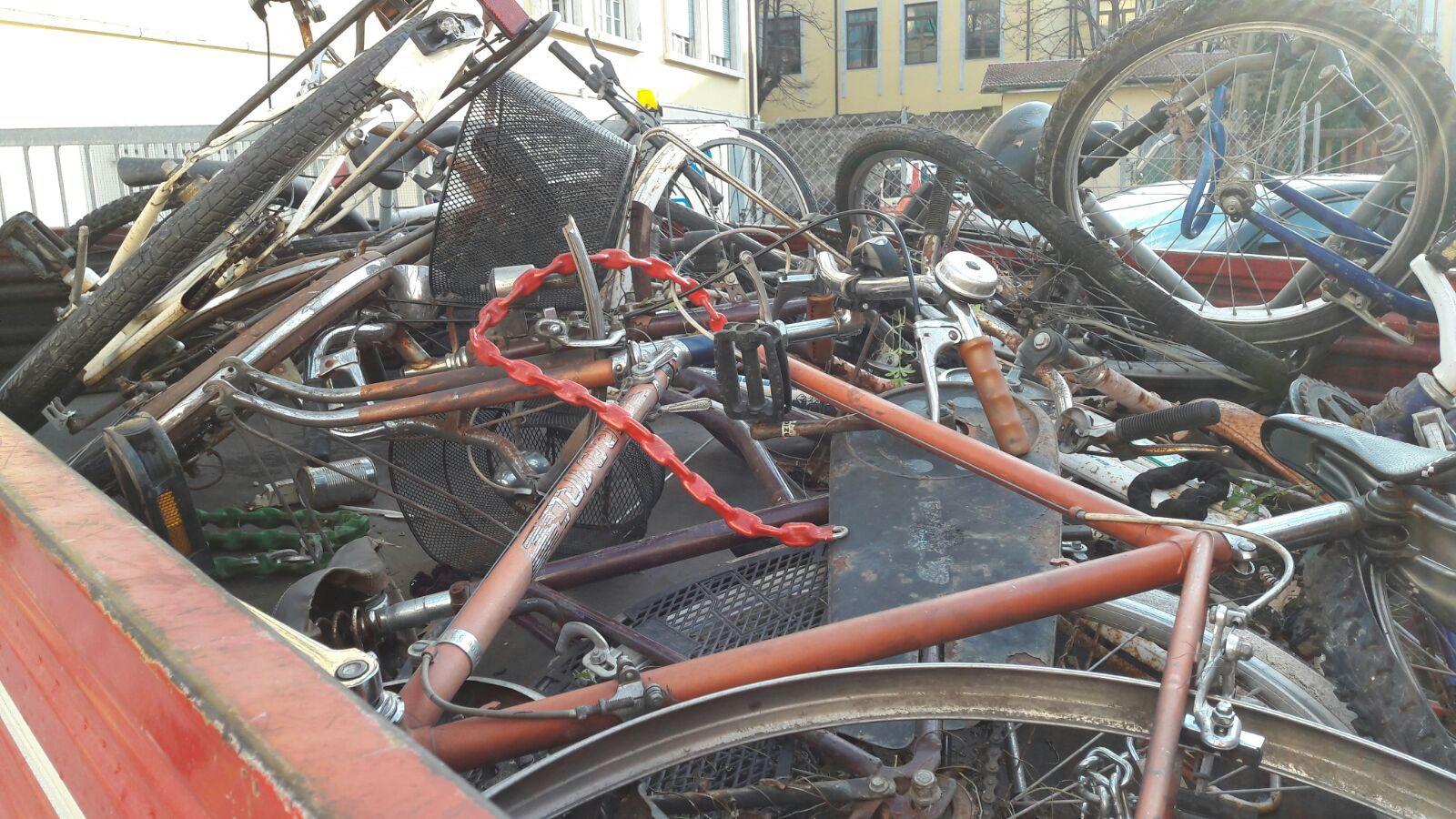 Rimossi rottami di biciclette e volantini abusivi